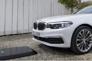 BMW 530Ei новичек в беспроводных зарядках электромобилей